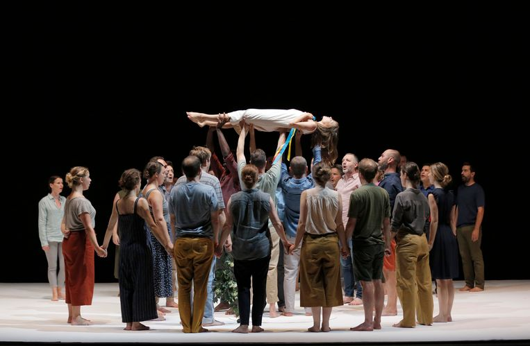 Beeld uit het door Romeo Castellucci geënsceneerde Requiem van Mozart, met het geweldige koor Pygmalion.  Beeld Pascal Victor/ArtComPress