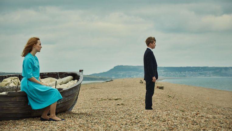 Saoirse Ronan en Billy Howle in 'On Chesil Beach' van Dominic Cooke. Beeld