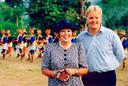De toenmalig koningin en haar zoon poseren bij het begin van rondreis voor een erewacht, tijdens hun staatsbezoek aan Indonesië.
