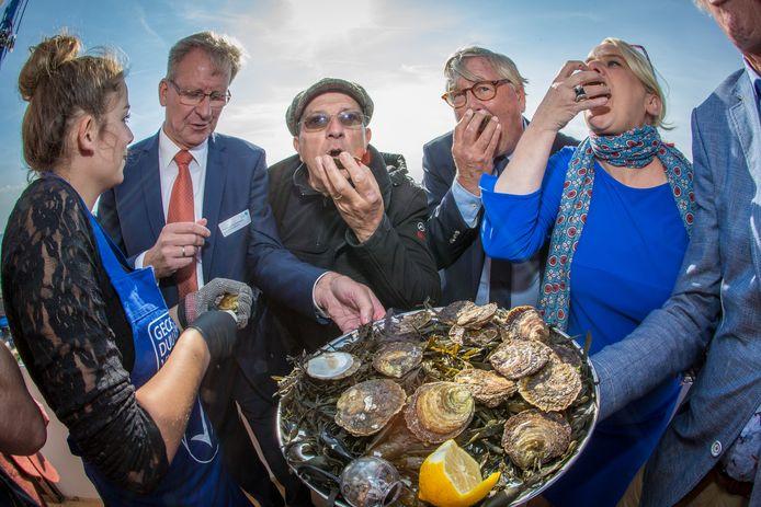 Opening van het oesterseizoen 2017. Tweede van links: voorzitter Kees van Beveren van de Nederlandse Oestervereniging.