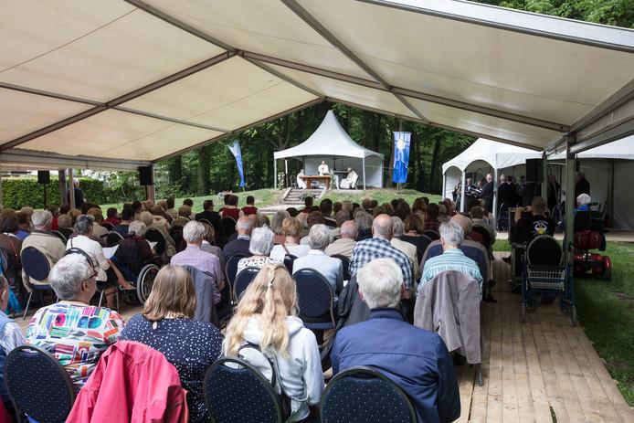 Foto ter illustratie van een openluchtmis bij het kapelletje van Binderen in Helmond (2017).