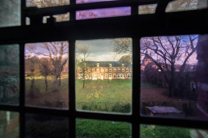 breda-foto : ron magielse  voormalig medisch centrum annex sanatorium de klokkenberg aan de galderseweg wordt door makelaar richard schul ontwikkelt tot wooncomplex. zicht op toekomstige tuinen van woningen vrouwenvleugel door glas-in-lood raam, met daarachter het zusterhuis .