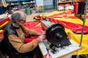 Hans Glaudemans van de Markies aan het werk. Behalve tentenbouwer is hij voorzitter van de ondernemers van de Vasim.