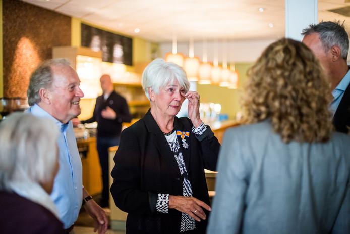 Betsie Dam-Jansen na de uitreking van het lintje temidden van belangstellenden.