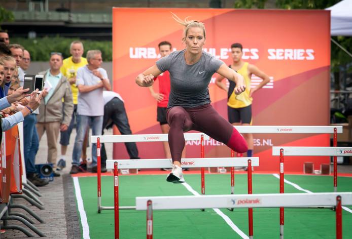 Nadine Broersen geeft een demonstratie bij Urban Athletics in de Willemstraat in Breda.