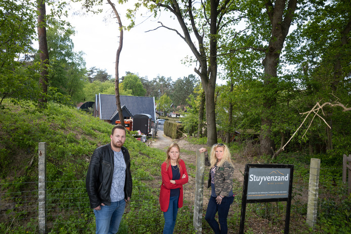 Gerwin Vlijm, Jolanda Heshusius en Manon Hoekstra (vlnr) bij het voormalige vakantiepark waar arbeidsmigranten en 'mensen met onbegrepen gedrag' gevestigd moeten worden.