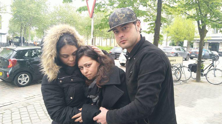 Mama Amina (midden) wordt getroost door haar zus Fatima en haar broer Bassam.