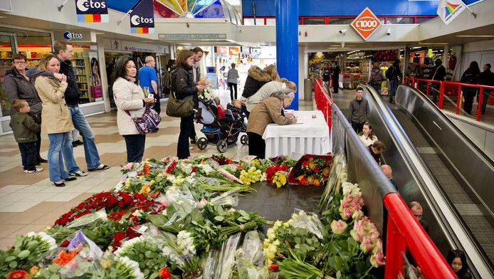 Bezoekers tekenen een condoleanceregister in winkelcentrum De Ridderhof in Alphen aan den Rijn, drie dagen nadat Tristan zes mensen dood schoot
