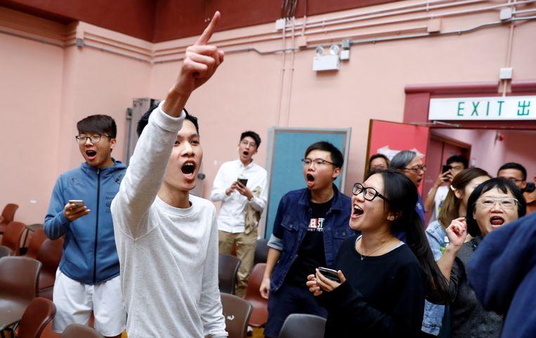 Aanhangers van Kelvin Lam vieren zijn overwinning in het South Horizons West-district in Hongkong.
