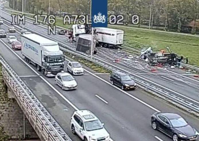 De A73 is dicht na het ongeluk met een vrachwagen