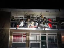 Agenten schieten agressieve man neer op galerij van flat