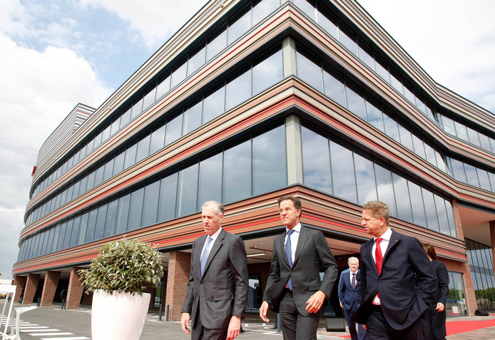 Dow CEO Jim Fitterling,  premier Mark Rutte en Dow Benelux topman Anton van Beek bij het nieuwe kantoor van Dow in Terneuzen.