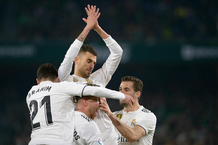 Dani Ceballos wordt gefeliciteerd door zijn teamgenoot na zijn winnende goal in de 88ste minuut.