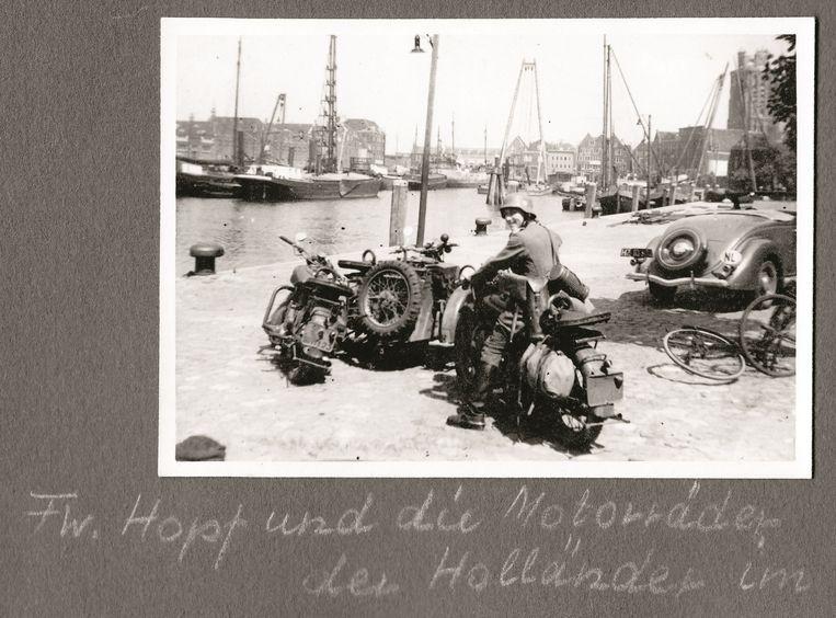 Feldwebel (sergeant) Hopf in de haven van Dordrecht Beeld Collectie Gerard Groeneveld