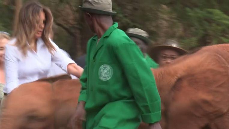 Melania Trump krijgt een duw van een baby-olifantje.