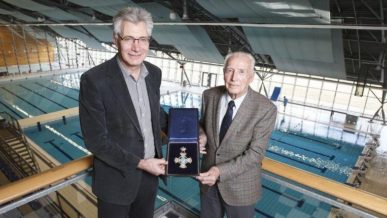 Cor Vermeulen (l) en Ko Geijssen met het Hartskruis Beeld Marcel Israel