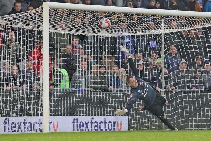 Hobie Verhulst kan de door hem veroorzaakte strafschop niet meer keren voor Go Ahead Eagles