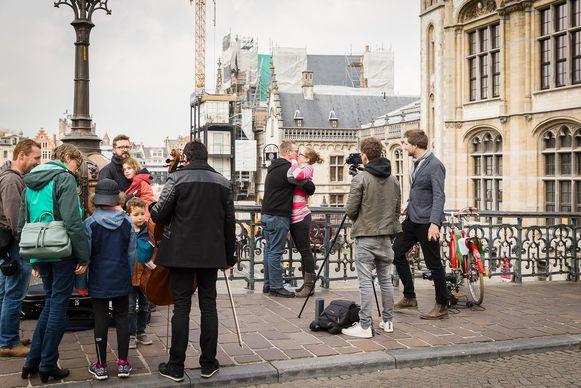 Kussende mensen op de Sint-Michielshelling. Het kussende koppel is Bart Heggerick en Nelke De Groote.