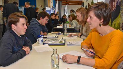 """Leerlingen solliciteren voor het eerst bij recruiters van topbedrijven: """"Ik ben content met 1200 euro netto"""""""