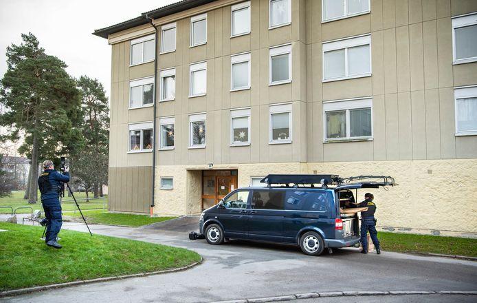 Forensische speurders bij het appartementengebouw waar de moeder haar zoon sinds zijn twaalfde gevangen zou hebben gehouden.