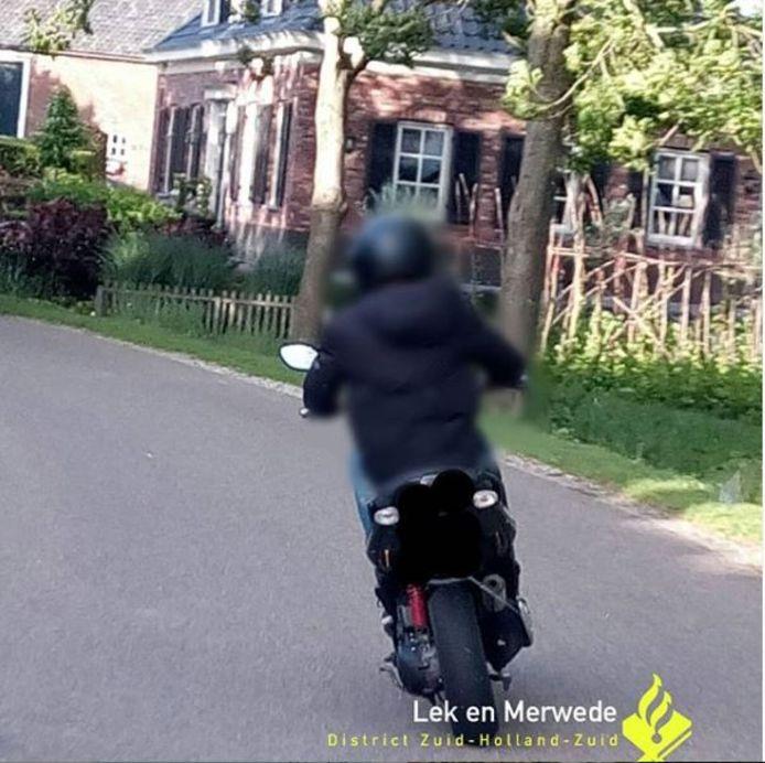 De twee scooterbestuurders scheurden met 70 kilometer per uur door een 30-kilometerzone in Oud-Alblas.