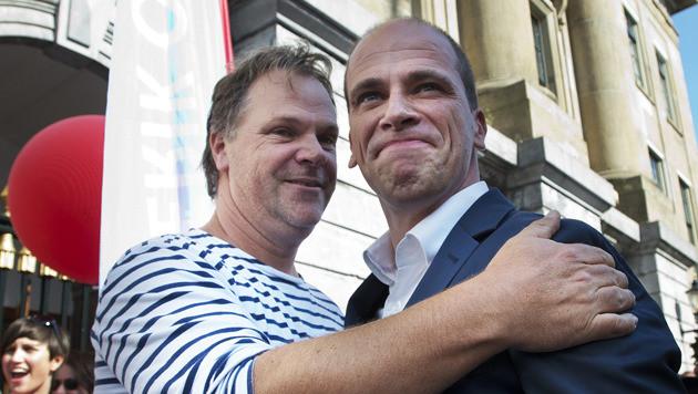 Hans Spekman klapt en partijleider Diederik Samsom eerder dit jaar tijdens de campagne.