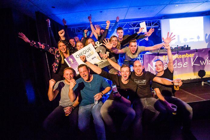 Het vriendenteam van Tielemans Hekwerk ging na de winst uit zijn dak tijdens een eerdere editie van de Nulandse Kwis.