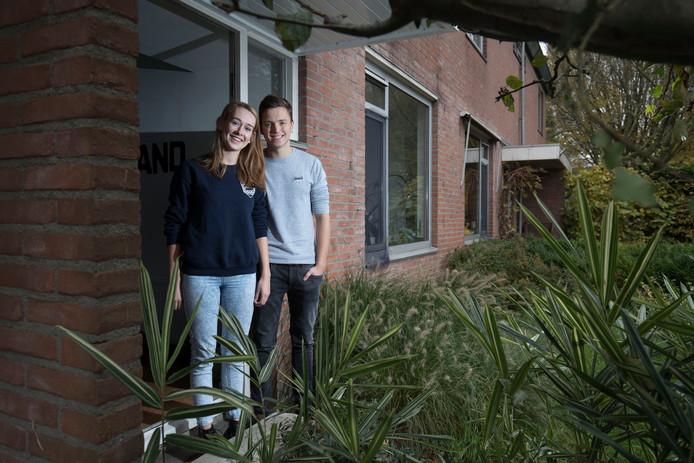 Mijke Sweers en Gerben Plantinga bij hun studentenhuis in de Roghorst in Wageningen