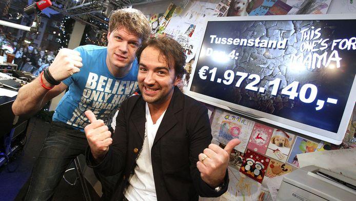 DJ's Gerard Ekdom en Coen Swijnenberg met de tussenstand van de 3FM actie Serious Request in het Glazen Huis in Leiden vorig jaar.