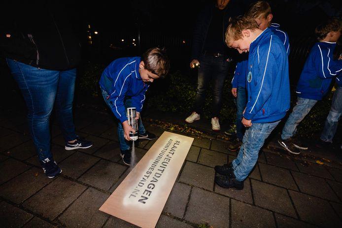 Op milieuvriendelijke wijze brengen scouts van Titus Brandsma de campagne van de Oldenzaalse vereniging onder de aandacht.