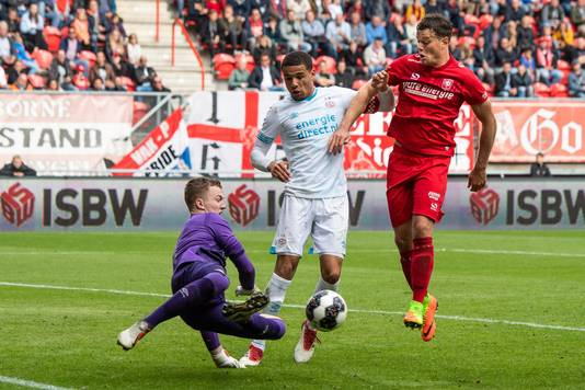 Tom Boere namens FC Twente in actie tegen Jong PSV