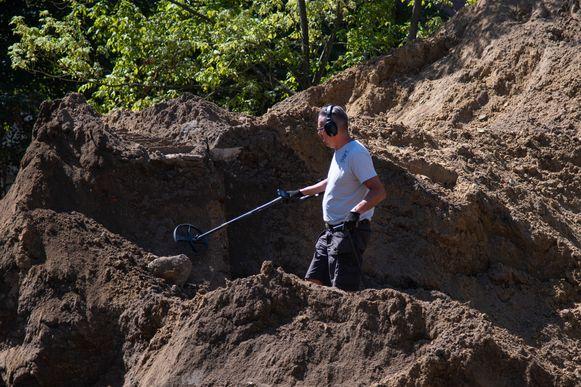 Kris Van Den Berge op de site met zijn metaaldetector