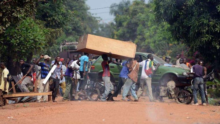 Gebruikmakend van de chaos sloegen her en der mensen in Bangui aan het plunderen. Beeld afp