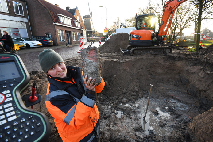 Hanneke van Engeldorp Gastelaars (met in haar handen een mop van 29 centimeter) bij de opgraving in IJsselstein van een oude bastiontoren.