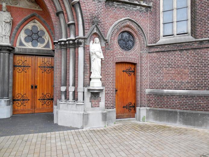 Heikese kerk, met rechts op muur plek waar plaquette hing.