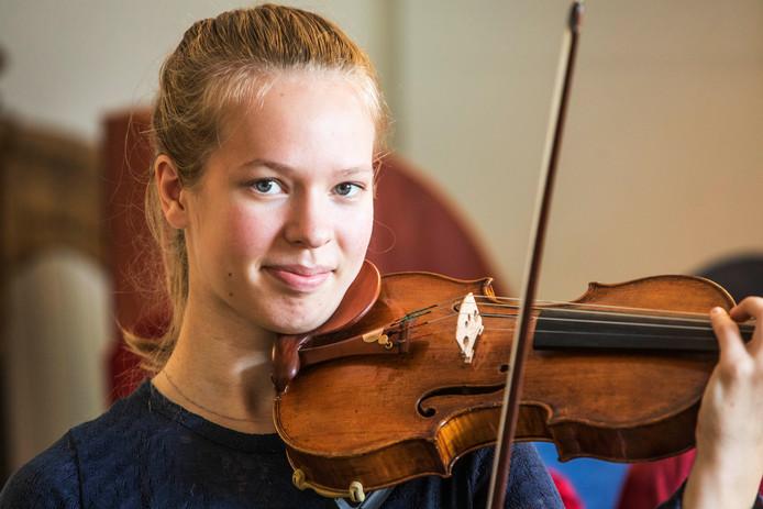 Hawijch Elders met haar viool.
