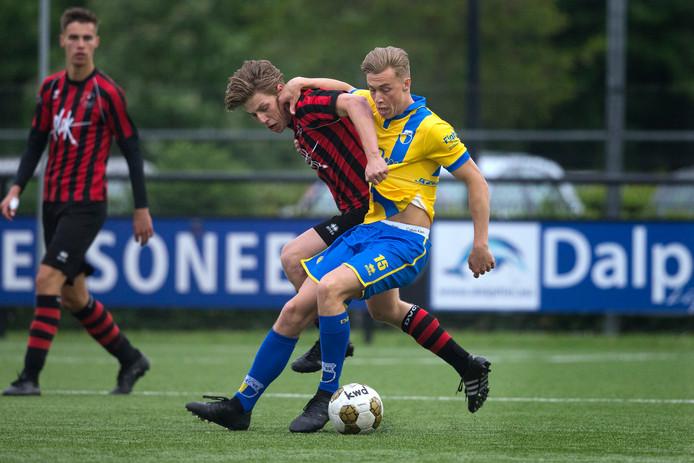 Dylan Hendriksen (rechts) scoorde zaterdagmiddag de 0-1 voor DZC'68. Archieffoto Theo Kock