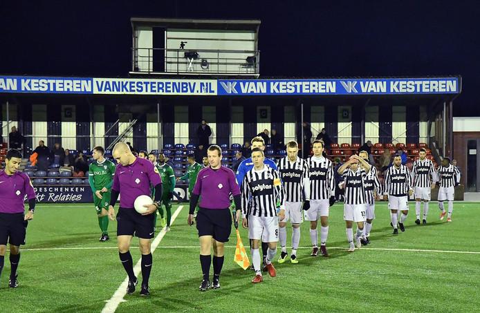 Spelersopkomst van Achilles'29 voor de thuiswedstrijd dit seizoen tegenVVOG.Veel spelers uit de huidige selectie vertrekken, zoals aanvoerder JoeyDekkers (vooraan) en topscorer Kevin Schmidt (geheel rechts).