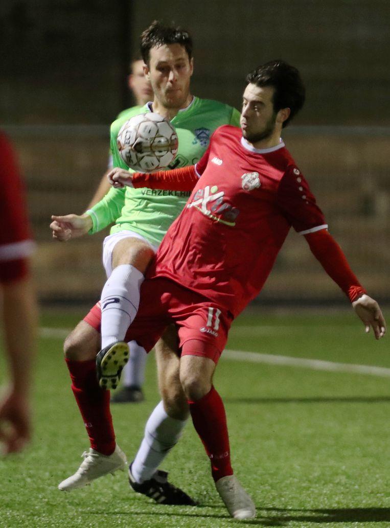 Seppe Lecour (r.) controleert de bal met Dekiere (Deerlijk) op de huid
