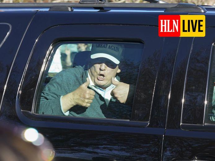 President Donald Trump steekt twee duimen omhoog na een partijtje golf eerder vandaag.