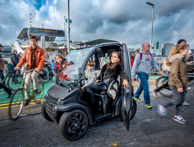 De Biro van Myrthe van Pelt met links haar zoon Moos en in het midden vriend Johnny. Van Pelt: 'Het prototype van de middelvingerrijder bestaat. Chauffeurs die om niemand geven. Zo ben ik niet, ik rijd heel voorzichtig.'