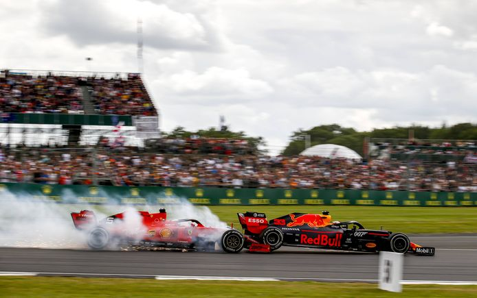 Max Verstappen wordt door Sebastian Vettel van de baan getikt.