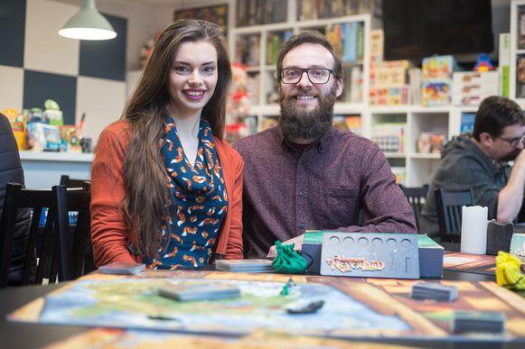 "Vicky Swers ontwikkelde het spel "" Adventures Neverland"" hier op foto met uitgever Bas Damoiseaux"