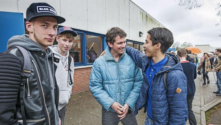 Onderzoeker/docent Andrew Niemeijer wacht met scholieren op vertrek voor een schoolreis naar Schotland. Beeld Guus Dubbelman / de Volkskrant