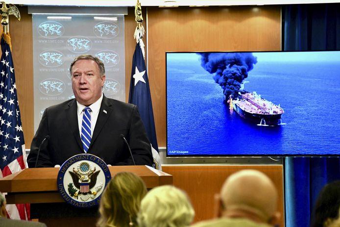 Minister van Buitenlandse Zaken Mike Pompeo met een foto van het schip Front Altair, een van de twee aangevallen olietankers. Volgens de VS zit Iran achter de aanval.