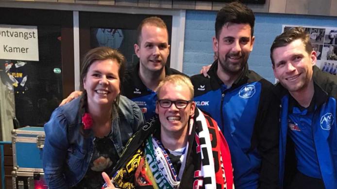 Sjalensjeik Yannick Stevens in de kantine van ACV met spelers van het eerste elftal.