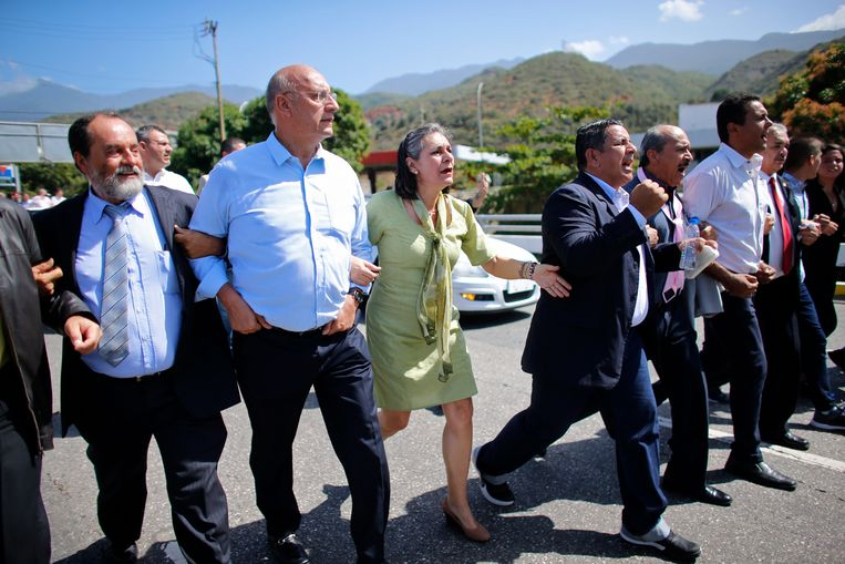 Parlementsleden van de oppositie op weg naar de luchthaven van Caracas, waar hun leider Juan Guaido vandaag moet toekomen.