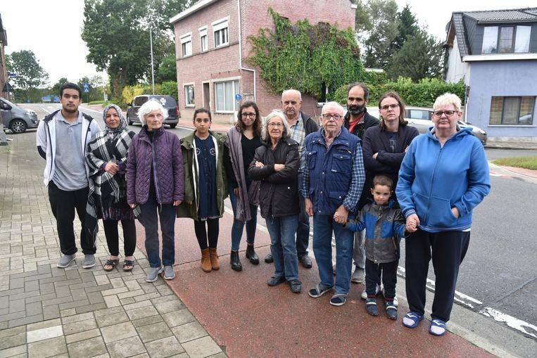 De bewoners van de Elewijtsesteenweg in Eppegem vragen dringend maatregelen voor hun straat.
