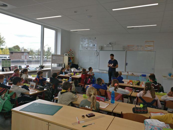 Veel lichtinval in de klassen dankzij de grote raampartijen.