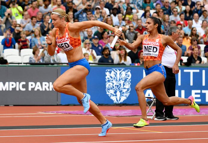 Dafne Schippers neemt het stokje over van Madiea Ghafoor bij de 4x100 meter op het WK in Londen.